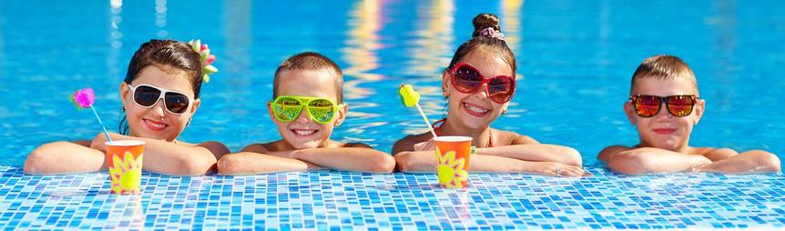 Enfants à la piscine de l'hôtel