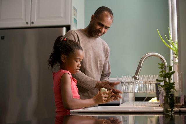 père et enfant lavant les mains