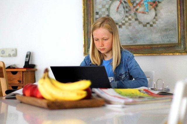 enfant generation z sur ordinateur