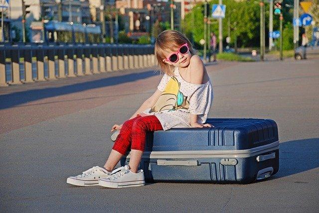 enfant sur valise de vacance